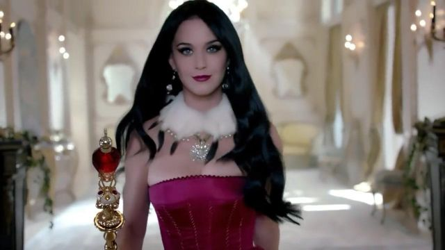 The Eau de Parfum Killer Queen by Katy Perry in her video clip Witness