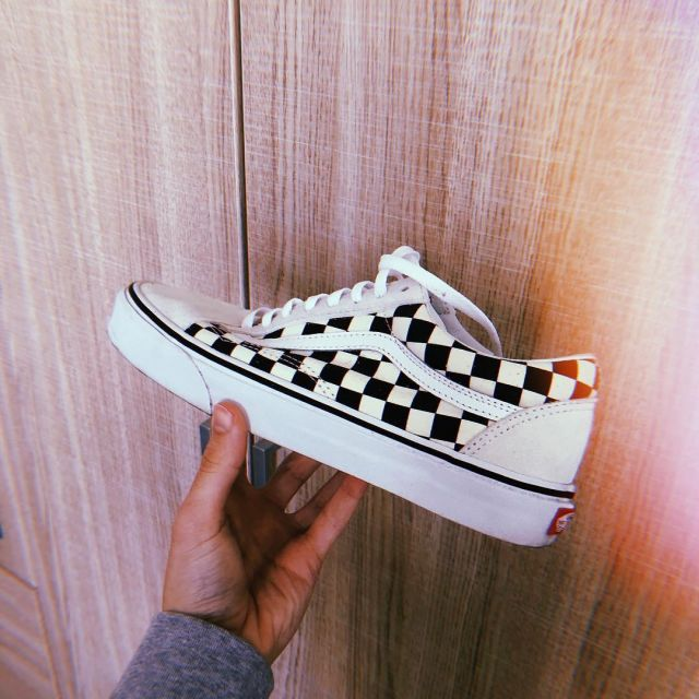 les sneakers Vans Old School Damier blanches et noires vues ...