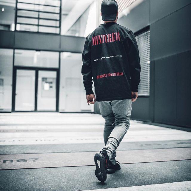 Les sneakers noires et rouges Adidas Yeezy Boost 350 V2