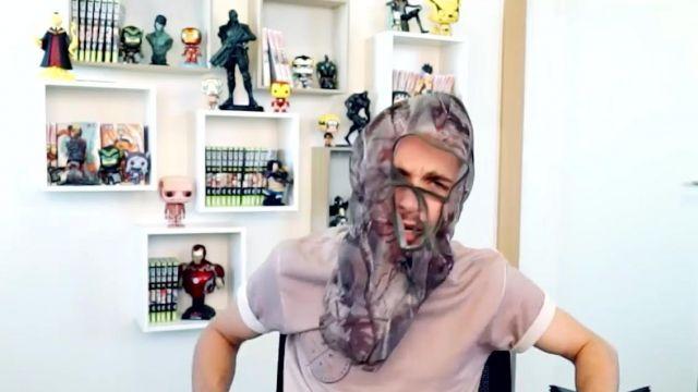 Le figurine Korosensei dans la vidéo YouTube ON A CASSÉ AKINATOR ! de Squeezie