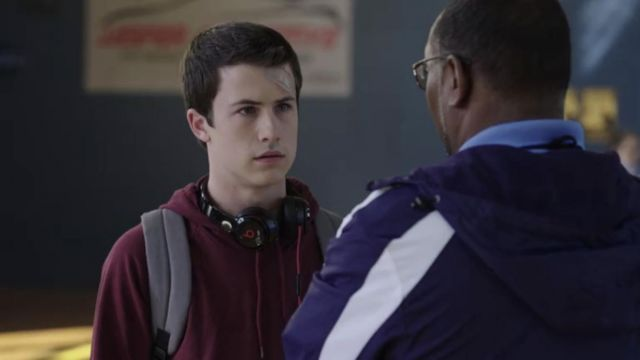 The headphones Beats black worn by Clay Jensen (Dylan Minnette) In 13 Reasons Why