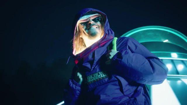 Le blouson Rainforest Napapijri bleu de Vald dans le clip Bizarre de Lorenzo