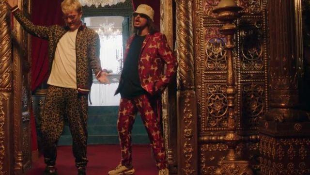 Le pantalon rouge à motifs jacquard de Lorenzo dans son clip Bizarre feat. Vald