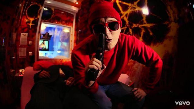 Le bonnet rouge porté par Vald dans son clip Shoote Un Ministre