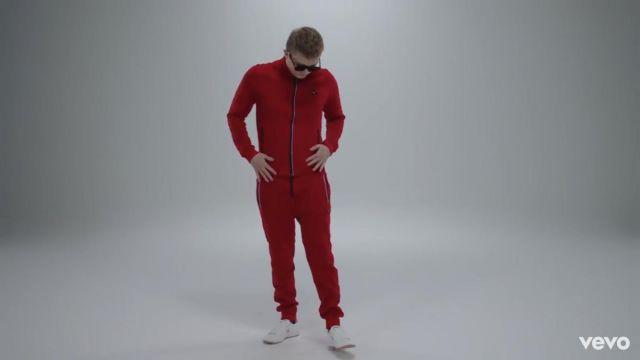 Le bas de survêtement Le Coq Sportif rouge porté par Vald dans son clip Désaccordé