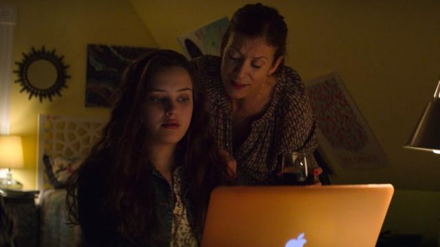 The Apple Macbook Pro computer of Hannah Baker (Katherine Langford) in 13 Reasons Why S02E01