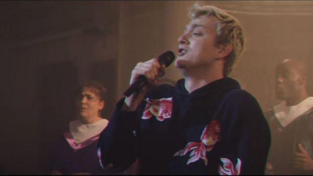 Le sweatshirt à capuche imprimé poisson (carpes) de Vald dans son clip Deviens génial