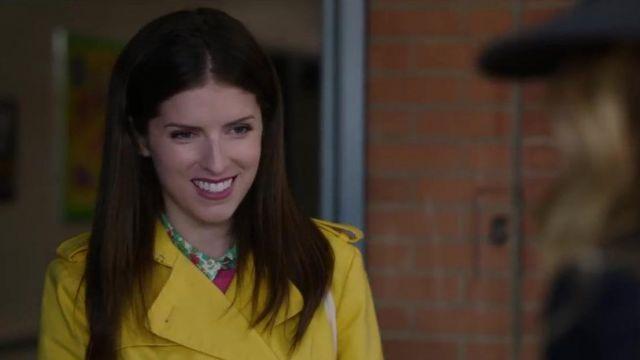 Le trench coat jaune de Stephanie Ward (Anna Kendrick) dans L'ombre d'Emily