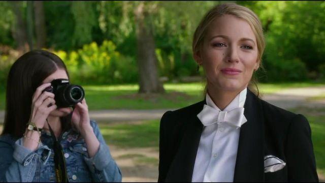 Soie blanc vœu-cravate portée par Emily Nelson (Blake Lively) comme on le voit dans Une simple faveur