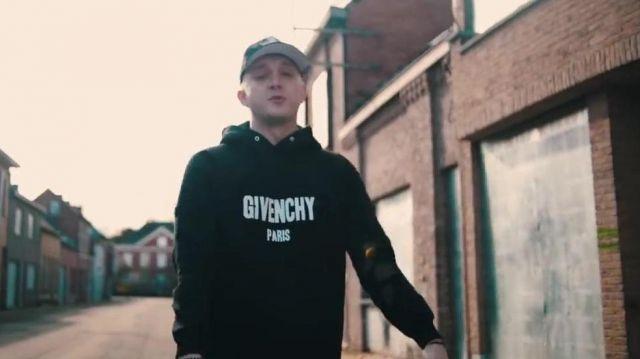 """Le sweatshirt Givenchy noir logo destroyed porté par Vald dans le clip """"Valise"""" d'Hornet la frappe"""