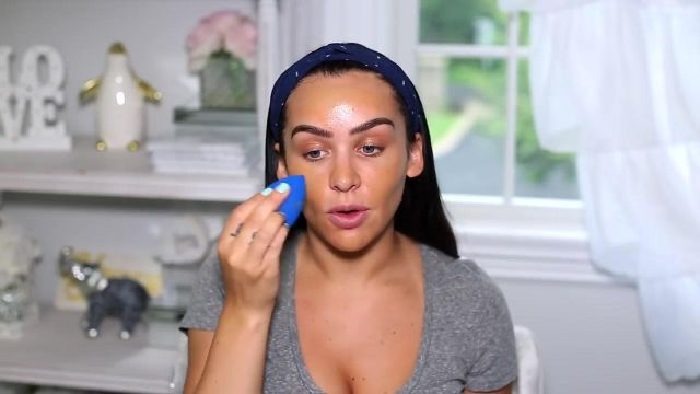 Beauty blender Sapphire used by Carli Bybel seen on his