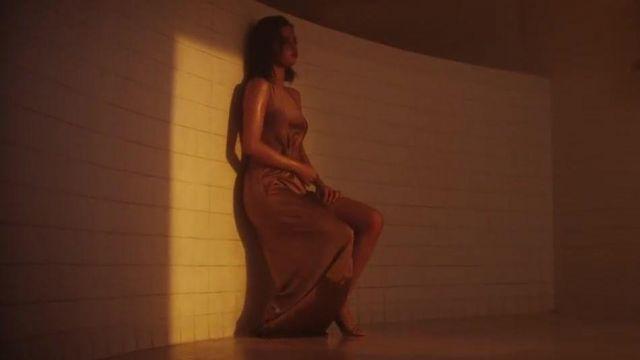La robe longue rose asymétrique de Selena Gomez dans son video clip Wolves