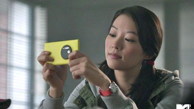 The smartphone-yellow Nokia Lumia 1020 Kira Yukimura (Arden Cho) in Teen Wolf S03E15