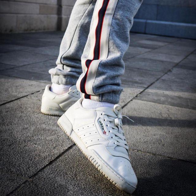 Les sneakers blanches Adidas Yeezy Powerphase Calabasas de Sacha ...