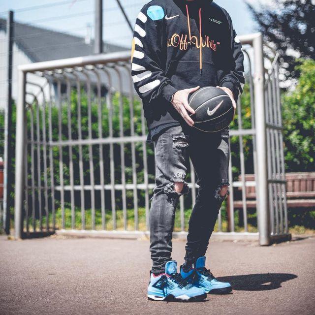 La Jordan 4 Retro Travis Scott Cactus Jack que porte l