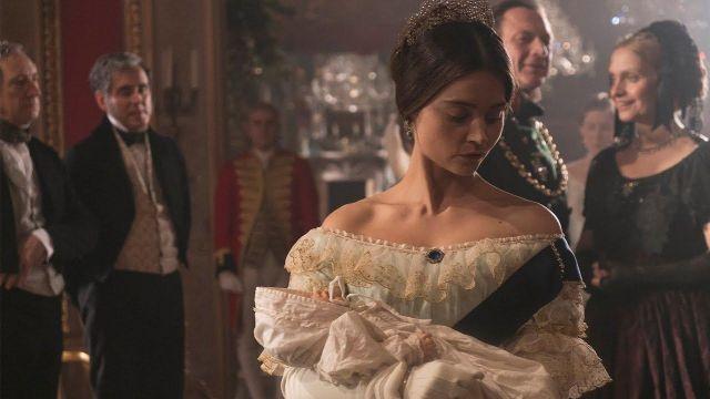 La robe blanche d'apparat de la Reine Victoria (Jenna Coleman) dans Victoria S01E07