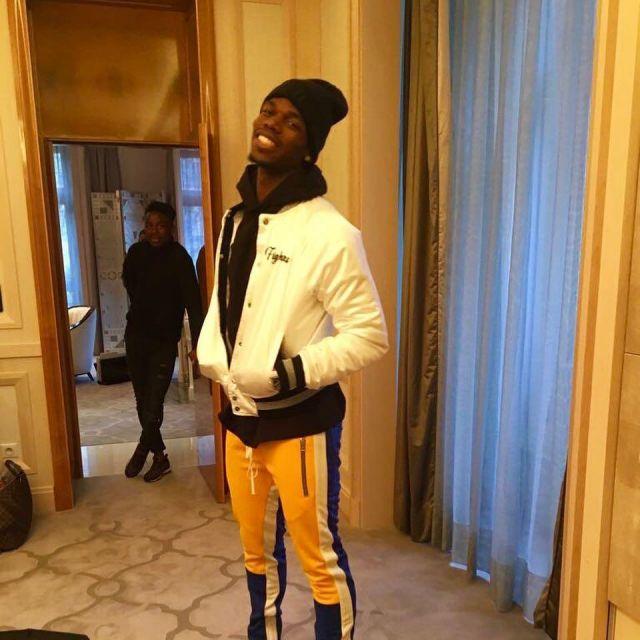Le pantalon de jogging jaune et bleu porté par Paul Pogba