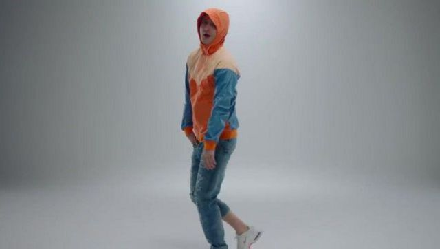 Le Jean bleu de Vald dans son video clip Désaccordé