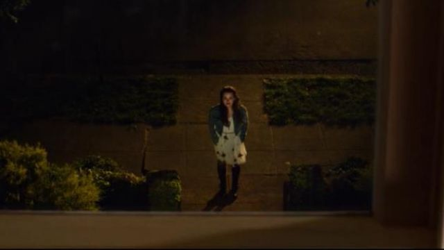 The white dress has printed Free People Hannah Baker (Katherine Langford) in 13 Reasons Why S02E01