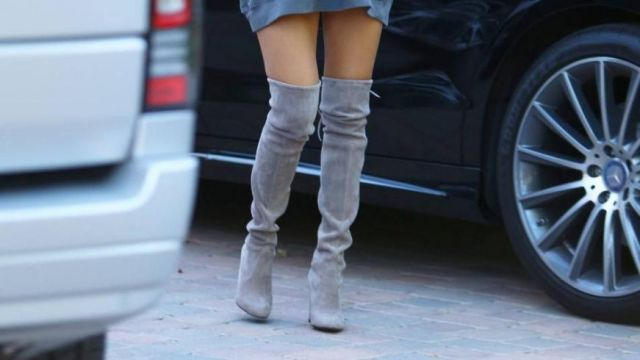 Les cuissardes en daim grises de Kourtney Kardashian dans L'incroyable Famille Kardashian