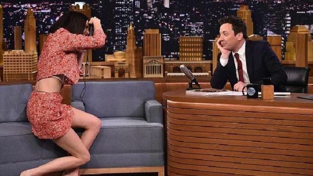 Le tailleur jupe veste courte rose corail Chanel de Kendall Jenner dans The Tonight Show Starring Jimmy Fallon