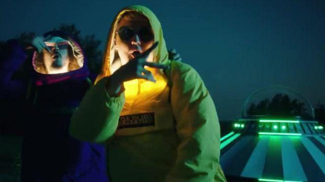 La veste Napapijri jaune de Vald dans le clip Bizarre de Lorenzo