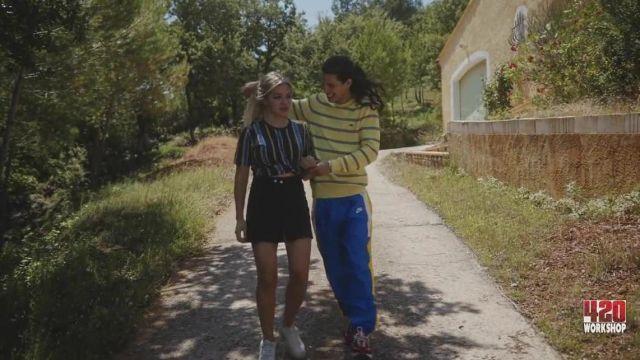 Le jogging bleu Nike avec bande jaune et blanche de Moha La Squale dans Luna