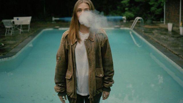 La veste en cuir marron de Alyssa (Jessica Barden) dans The End Of The F***ing World S01E03