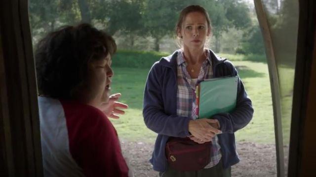 La chemise à carreaux rose et gris de Kathryn Siddell-Bauers (Jennifer Garner) dans Camping S01E01