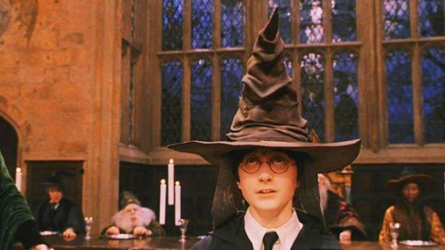 Le Choixpeau Magique parlant d'Harry Potter (Daniel Radcliffe) dans Harry Potter à l'Ecole des Sorciers