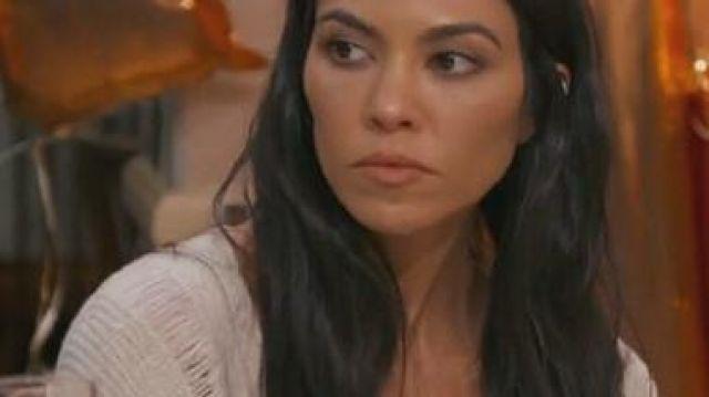 Le pull beige porté par Kourtney Kardashian dans l'Incroyable Famille Kardashian S15E01