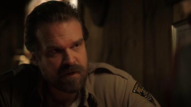 The crest of the police of Hawkins on the shirt of Jim Hopper (David Harbour) in Stranger Things S02E03
