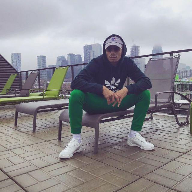 Le pantalon de survêtement Adidas Originals vert porté par
