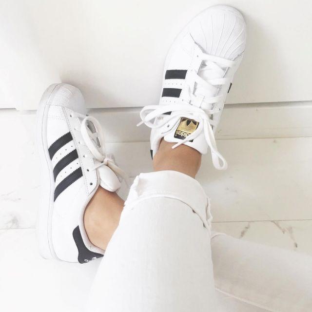 Les sneakers Adidas Superstar portées par Madison Beer sur