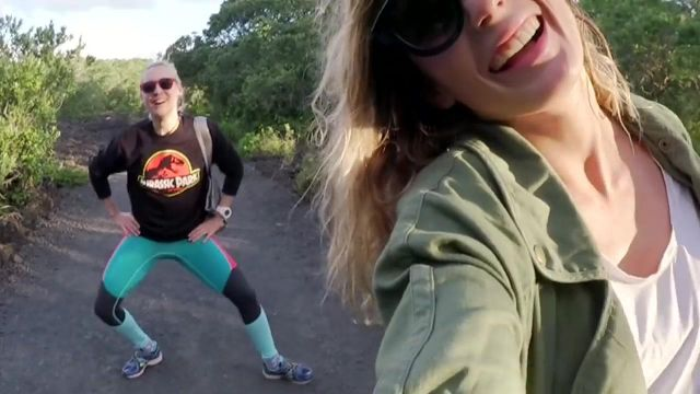 Le sweatshirt noir Jurassic Park porté par Natoo dans sa vidéo La nouvelle Zélande