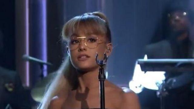 La paire de lunettes dorée Ray Ban Aviator de Ariana Grande lors de sa prestation Tonight Show