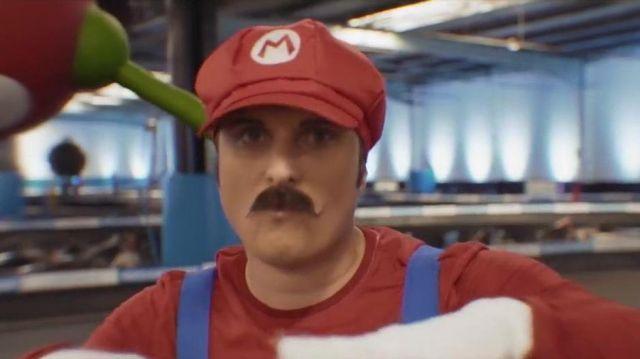 """Le costume Nintendo de Mario porté par Macfly dans la vidéo """"Mario carte bleue all star"""" de Mcfly & Carlito"""