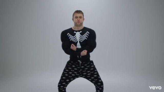 Le jogging pyjama imprimés oeil de Vald dans son clip Désaccordé