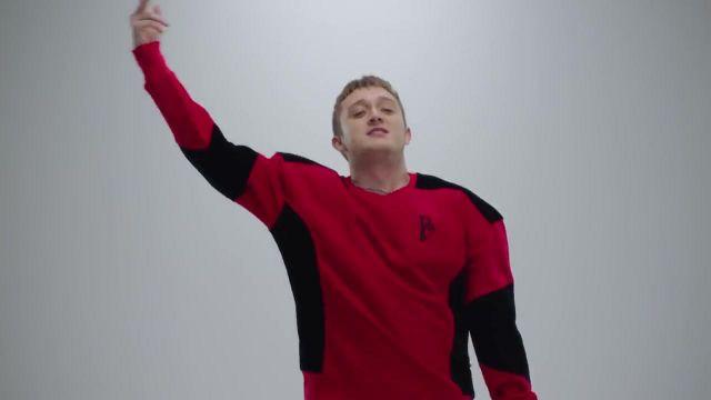 Le sweatshirt rouge de Vald dans son clip Désacordé