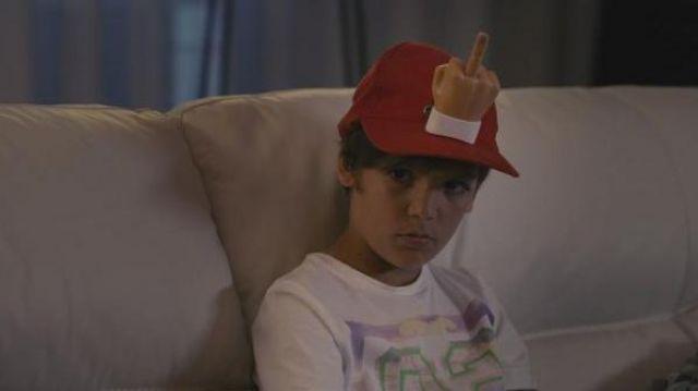 Le doigt d'honneur rétractable à fixer sur une casquette comme dans le film Babysitting