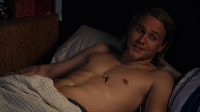 The necklace with pendant ball Jax teller (Charlie Hunman) in Sons of Anarchy S01E09