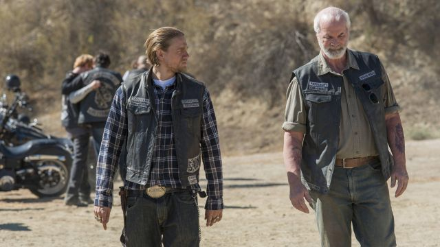 The belt buckle SAMCRO Jax Teller (Charlie Hunman) in Sons of Anarchy S07E08