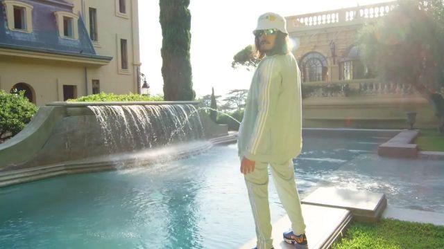 """Le pantalon de survêtement bleu ciel de Lorenzo dans le video clip """"Champagne & Pétou"""" ft. Charles Vicomte"""