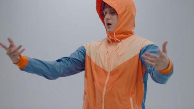 Le blouson coupe-vent Nike Windrunner porté par Vald dans son clip Désaccordé