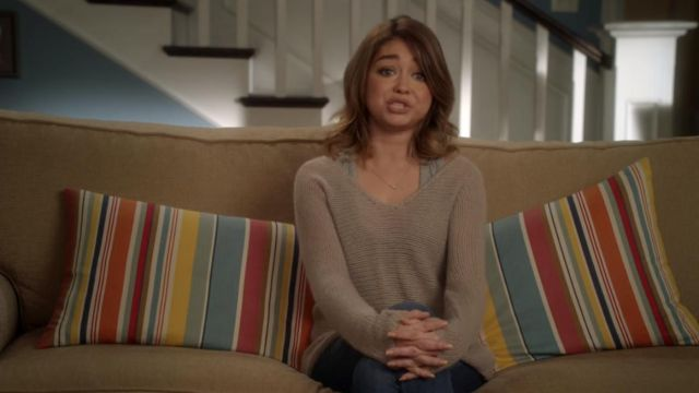 The sweater light beige of Haley Dunphy (Sarah Hyland) in Modern Family (S08E14)