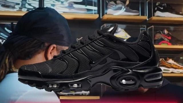 The black sneakers Nike TN All black Koba The D in the video