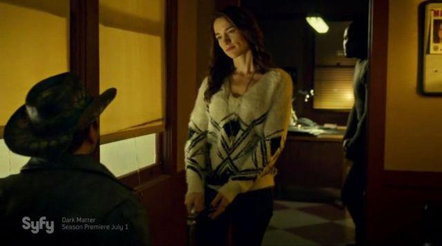 The sweater of white wool with geometric patterns of Wynonna Earp (Melanie Scrofano) in Wynonna Earp S01E09