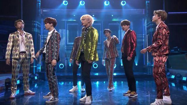 "Les sneakers Valentino Garavani de Jeon Jungkook dans BTS Performs ""I'm Fine"" on The Tonight Show"