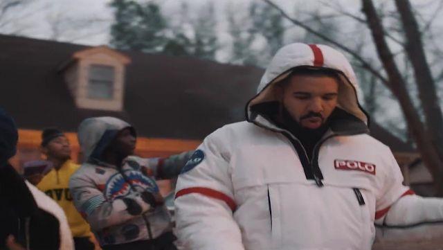 Le sweat à capuche Bape dans le clip Look Alive de BlocBoy JB & Drake