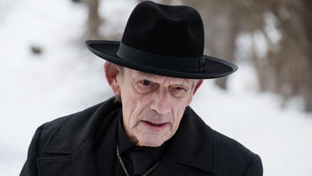 Le chapeau noir de Zalmon Shaw (Christopher Lloyd) dans 12 Monkeys S03E06